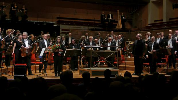 Madeleine thanks theStockholm Royal Orchestra and the applauds from the public